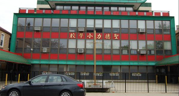 【芝加哥侨学网8日更新】由250多位居民联署签名、反对在芝加哥美洲华裔博物馆楼顶安装手机塔的请愿书,8月8日已递交市政府建筑部,社区居民表达强烈反对,要求市政府拒绝批准该申请。该请愿书同时已递交给芝加哥第25区区长苏礼仕区长办公室。 市政府建筑部门主管已表示将向上级反映来自哥唐人街社区的呼声,市政府建筑部落实处理意见后,会立即给唐人街社区一个答复。据8日参加市政府一次特别会议的侨领透露,苏礼仕区长对手机塔问题非常关注。 随着手机塔问题的升温,芝加哥华人社区侨领已就博物馆安装手机塔事宜明确表示反对。 芝加哥